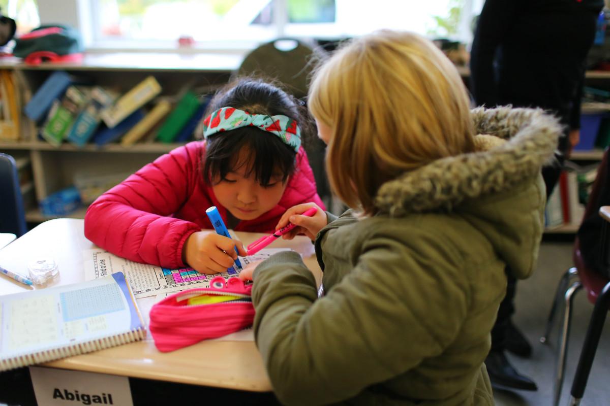 子どもたちを個別サポートするエデュケーション・アシスタント(EA)
