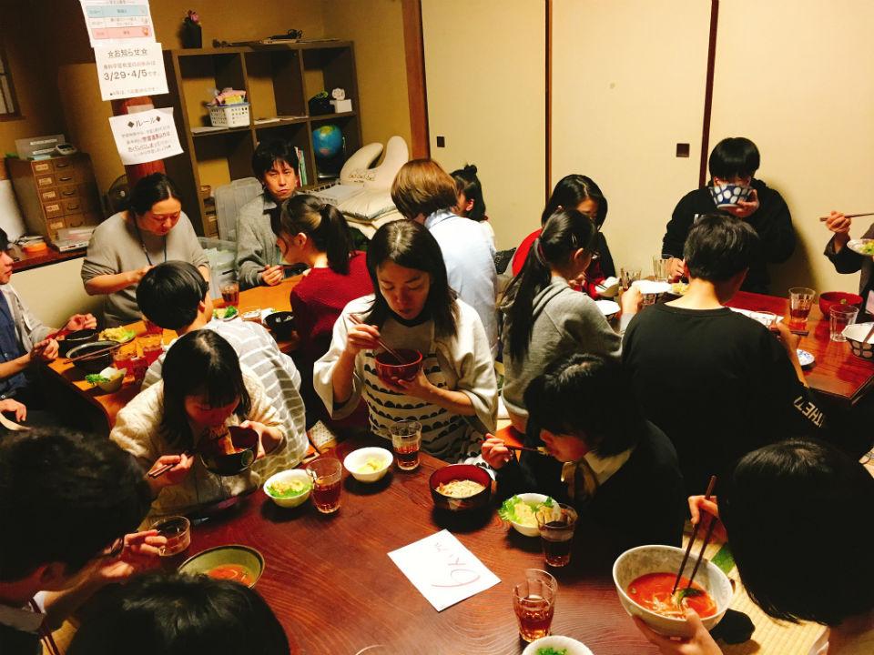 NPO法人ダイバーシティ工房:勉強の合間の食事タイム。ボランティアさんと話がはずみます。