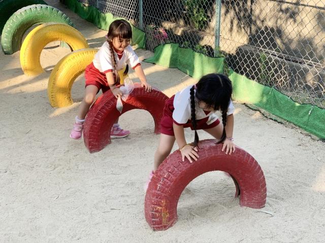 遊ぶ幼稚園生