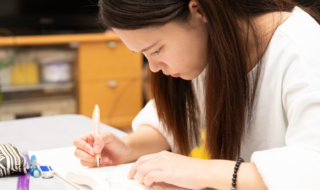 勉強に取り組む女性