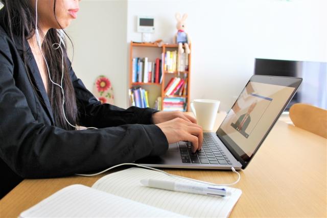 オンライン学習に取り組む女性