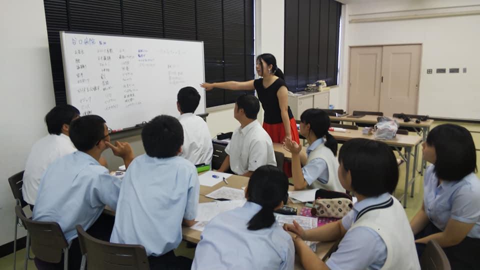 日南学園高等学校でのプロジェクト学習で個別グループへの指導を行う著者
