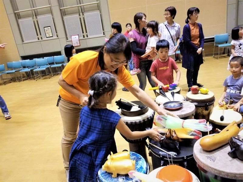 児童館では音楽イベントも開催、子どもたちは好きな打楽器を選び演奏する