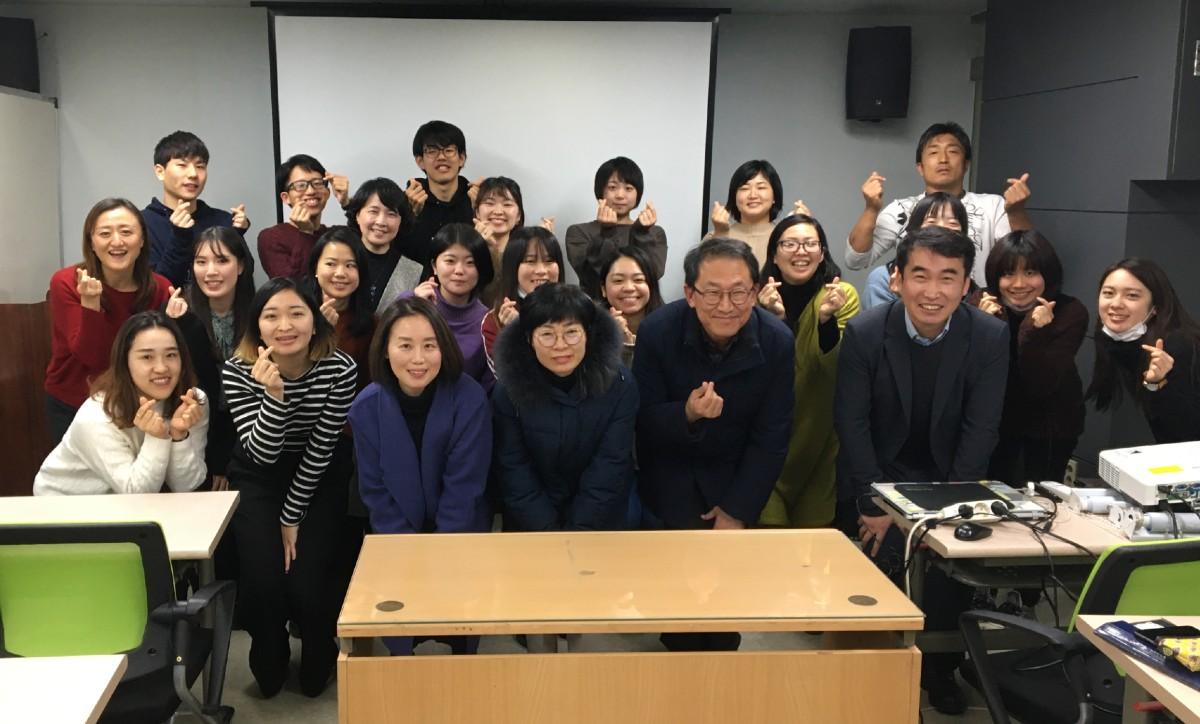 韓国の全国教職員労働組合の皆さんと「EDUTRIP in 韓国」の参加者での集合写真