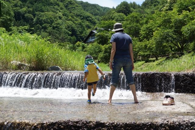 川遊びをする親子