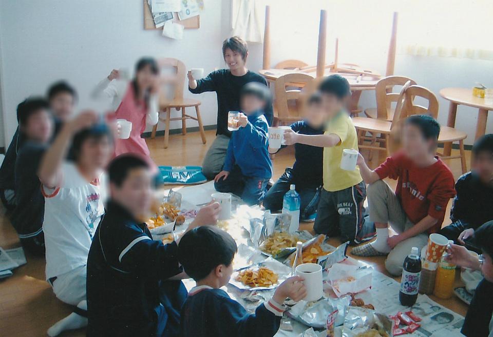 荒井和樹さんが児童養護施設で働いていた時の様子