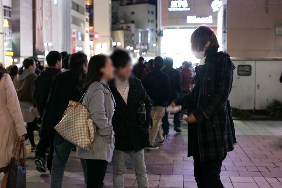 NPO法人全国こども福祉センター:夜の繁華街で積極的に声をかける荒井和樹さん