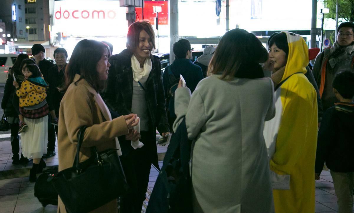 NPO法人全国こども福祉センター:名古屋の夜の繁華街近くでアウトリーチに出かける荒井さん