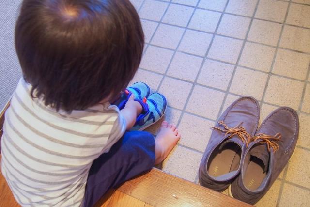 子どもが靴を履く