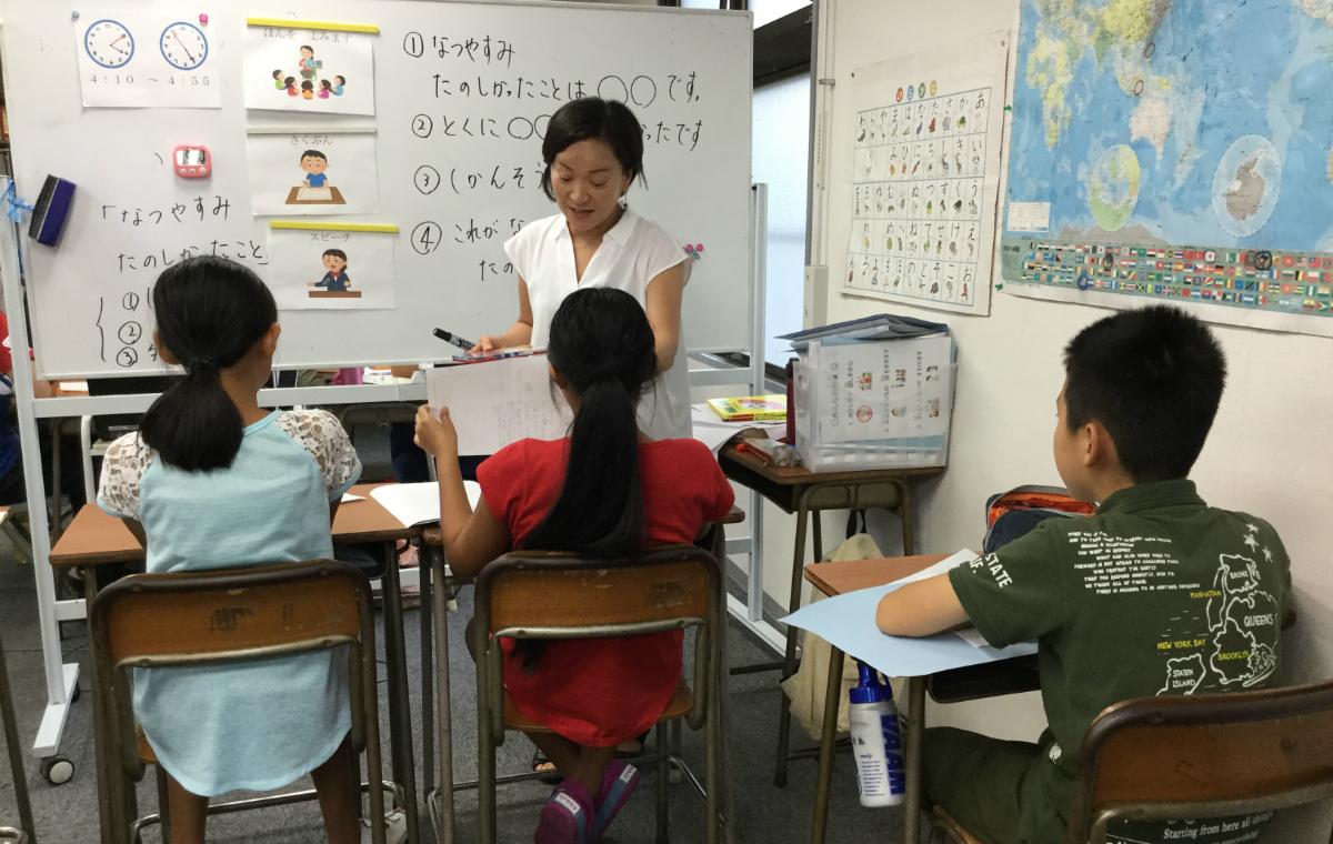 YSCグローバル・スクールで、外国にルーツを持つ子どもたちに指導を行うスタッフ