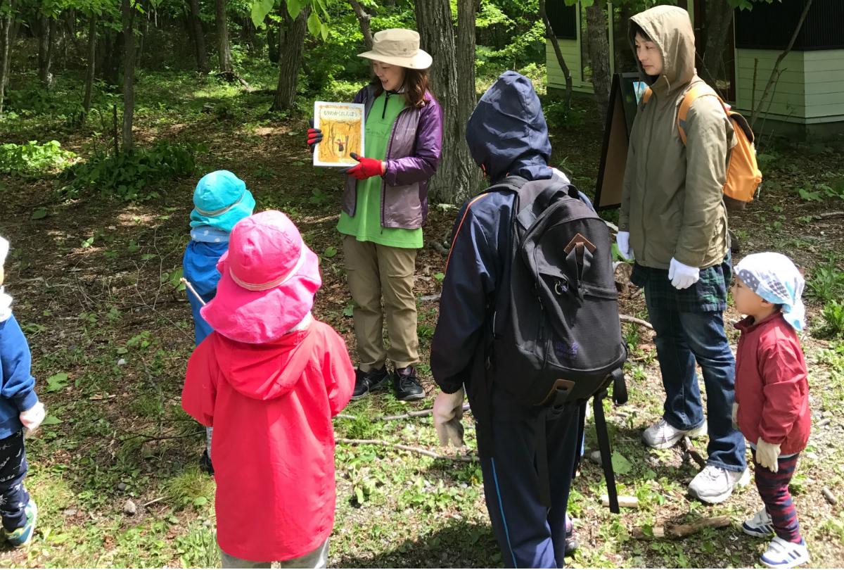 絵本の「もりのかくれんぼう」を読んでから、実際の森へ向かいます