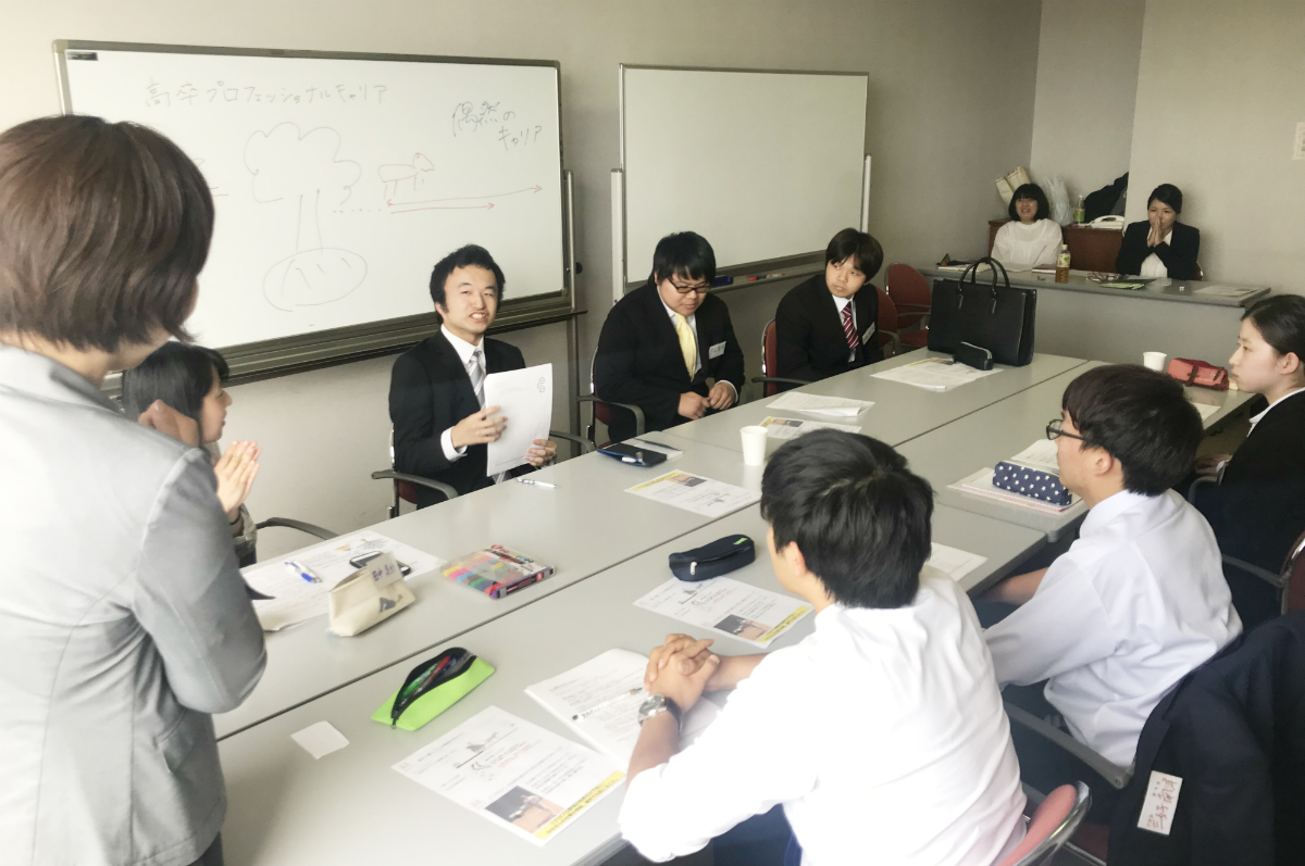 今年度はじめた「高卒プロキャリア研修」。高卒1~3年目の社員を集めて研修を実施。