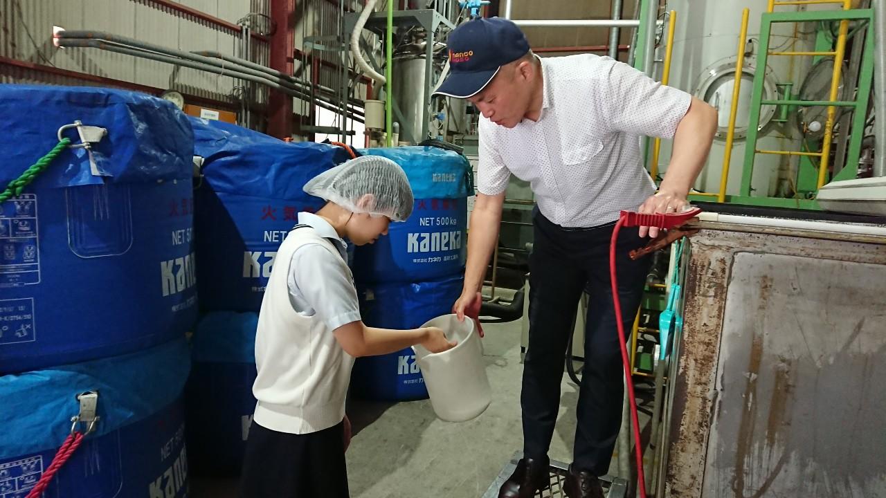 南郷包装の工場にて、発泡スチロールの材料を見せていただく