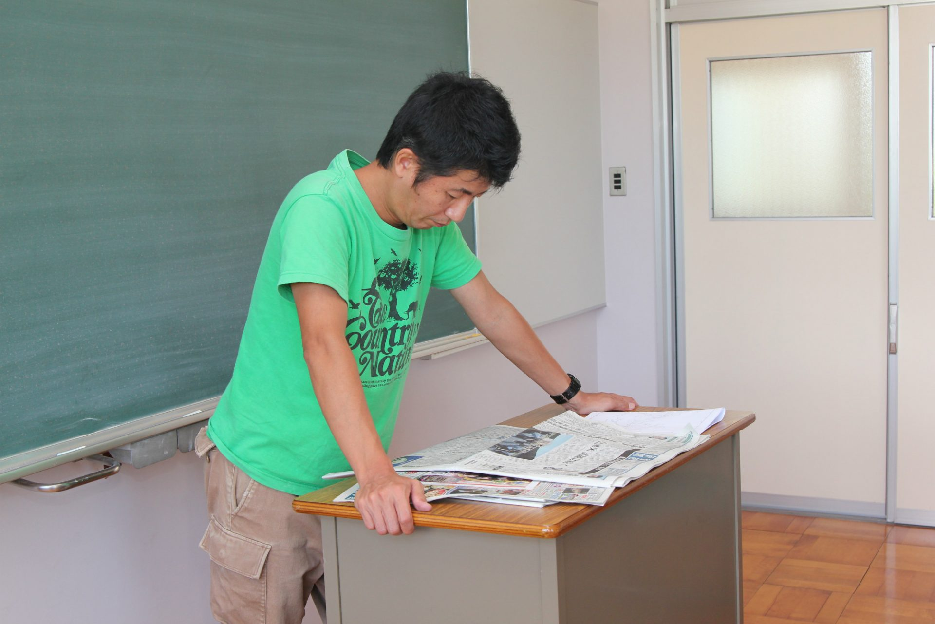 通信制高校の教頭時代の金馬先生。社会科の先生で、新聞を使って時事問題を説明する授業を行っていた。