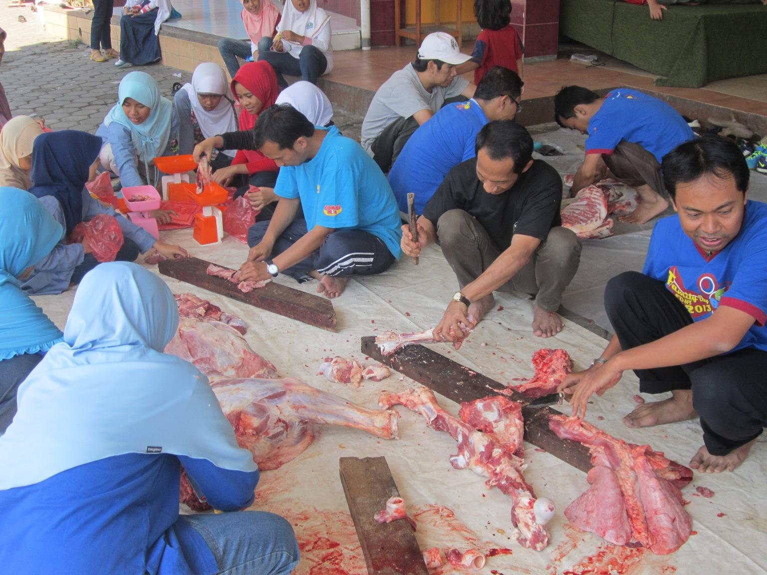 食育の一環で SD HIKMAH で屠殺した牛を生徒と一緒にさばいているところ