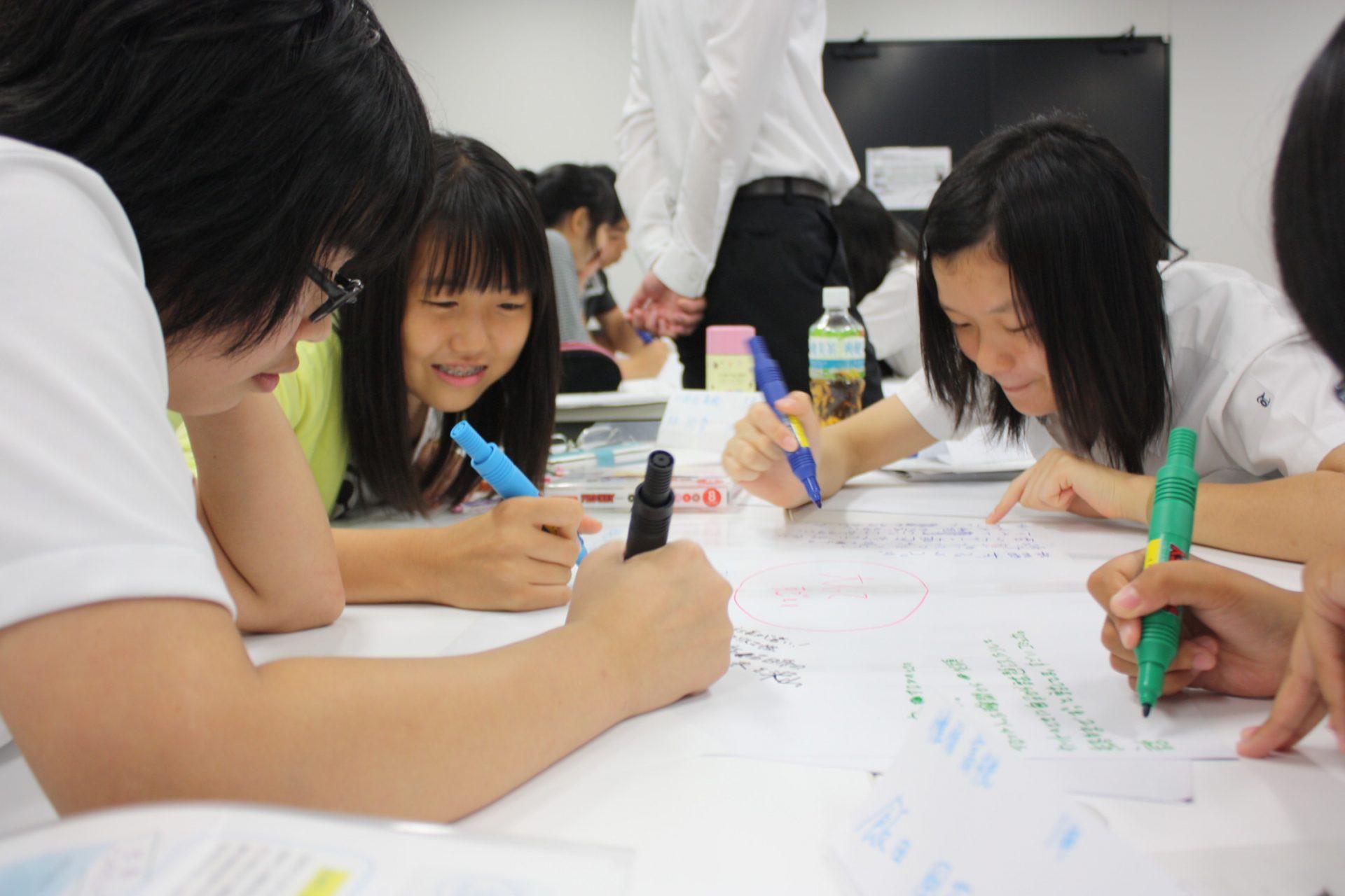 事前事後学習を通して、高校生たちは自らの主体性をはぐくんでいく。 NPO法人アスクネット実施の「心起動インターンシップ」