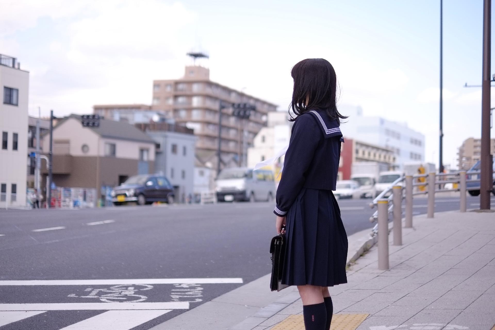 横断歩道の女子高生