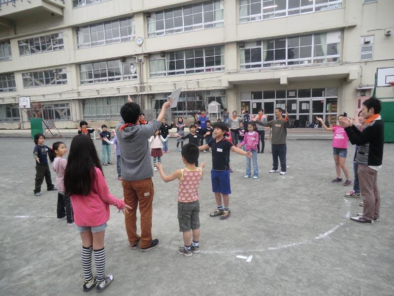 小学校の校庭でのレクリエーション