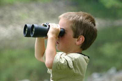 双眼鏡を見る男の子