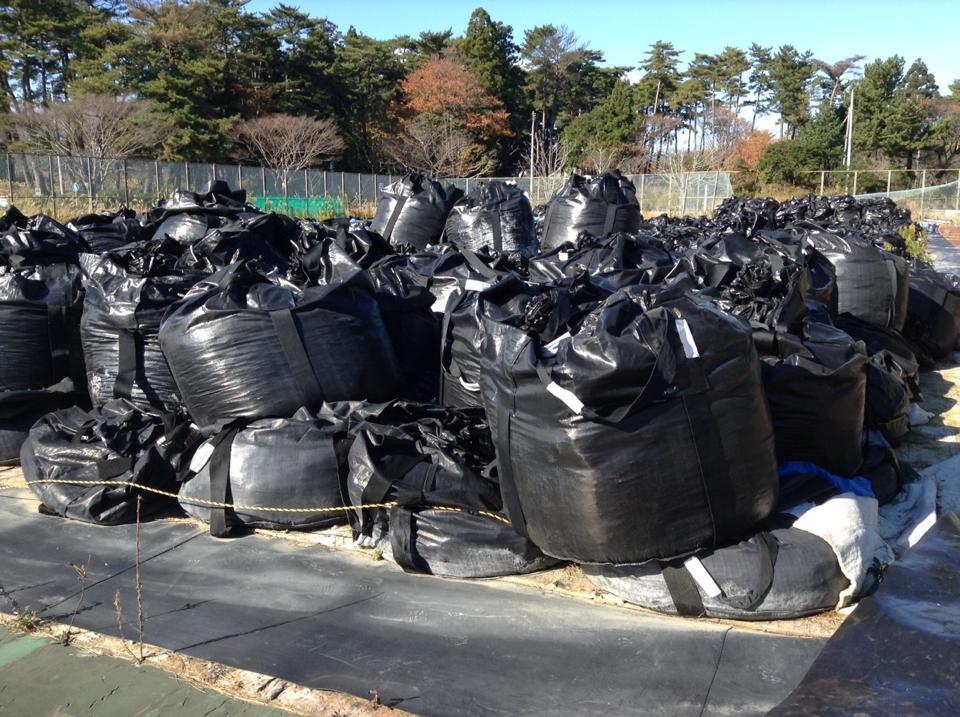 山積みにされた除染廃棄物の黒い袋。町の至るところに見られる。