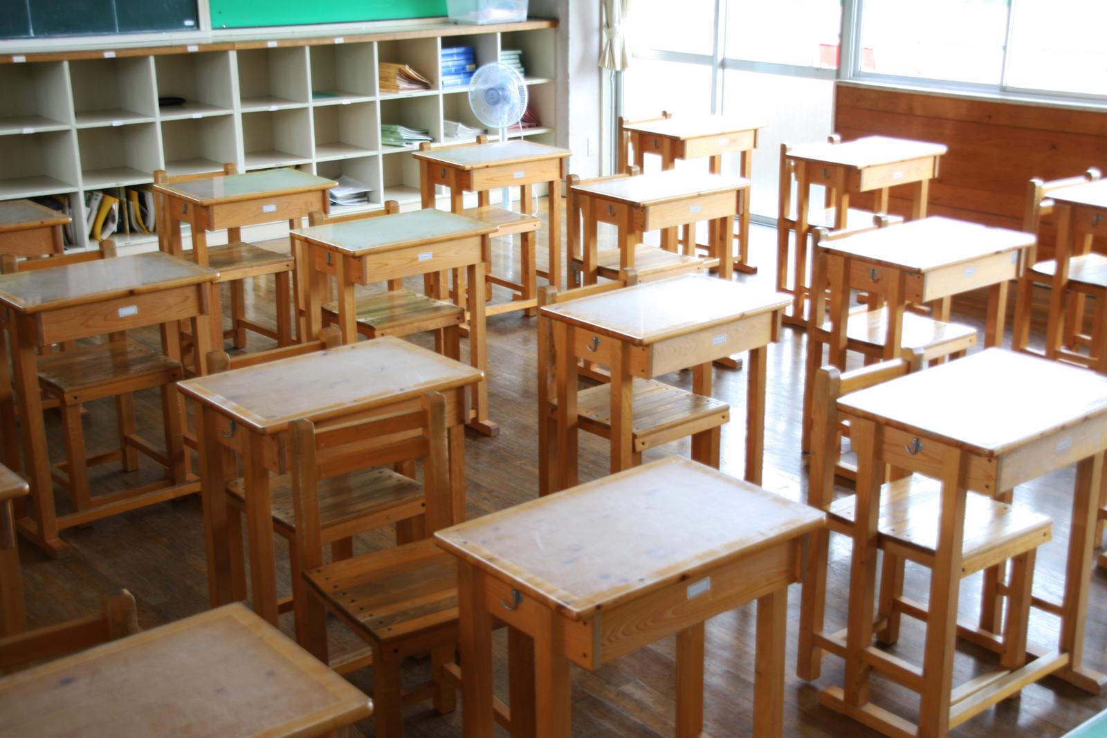 小学校の教室の机