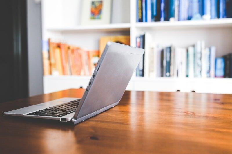テーブルとパソコン